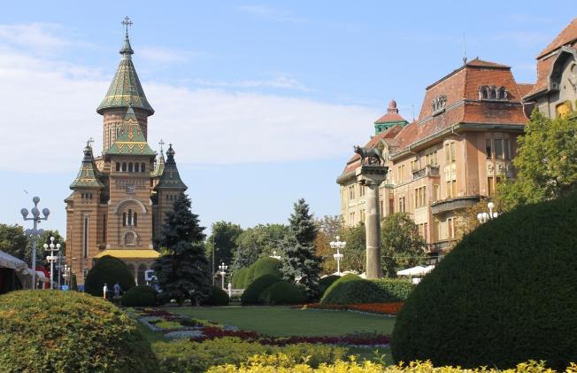 Piaţa Operei cu lupoaică şi Catedrală