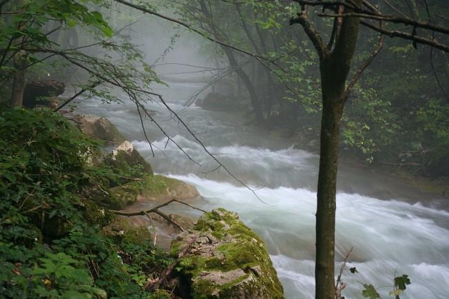 Raul Beu la crapatul zorilor, cu abur peste ape / Beu river at dawn, shrouded in mist(ery)