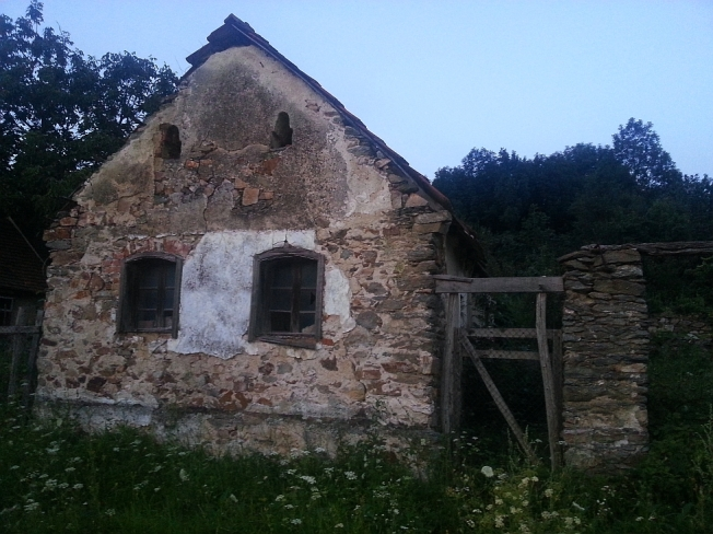 Casa batrana si parasita in Sasca Romana / Abandoned traditional house in Sasca Romana, Caras-Severin county