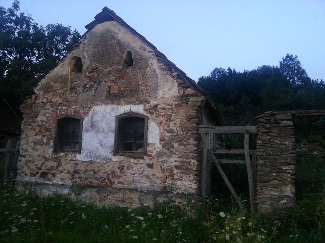 Casa batrana si parasita in Sasca Romana / Abandoned traditional house in Sasca Romana, Caras-Severin county