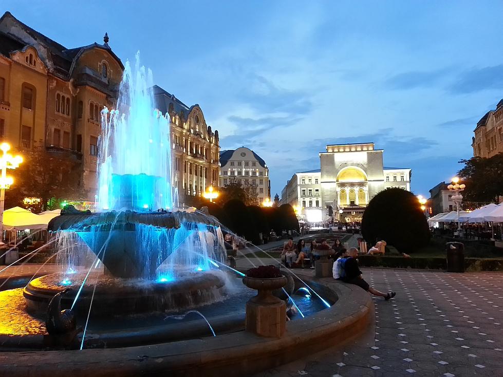 """La Pesti in timpul """"orei albastre"""" / Blue hour in the Opera Square, City Center, Timisoara"""