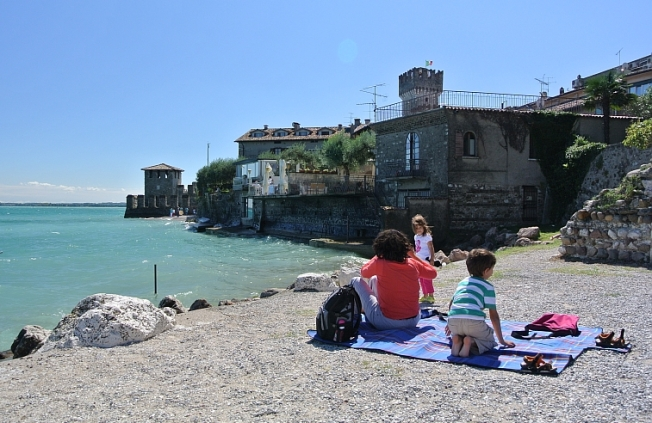 ... have a frugal bruschette picknick by the water front...