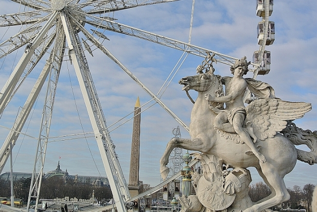 Obelisk with wheel and winged sculpture - Jardin de Tuilleries