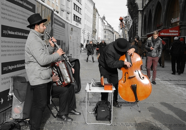 Entranced - Gipsy and Jewish music in the streets that gave birth to national socialism