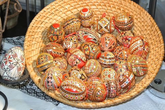 """Ouă roşii în tehnica negativului, cu simboluri tradiţionale // Red eggs in the """"negative"""" painting technique with traditional symbols"""