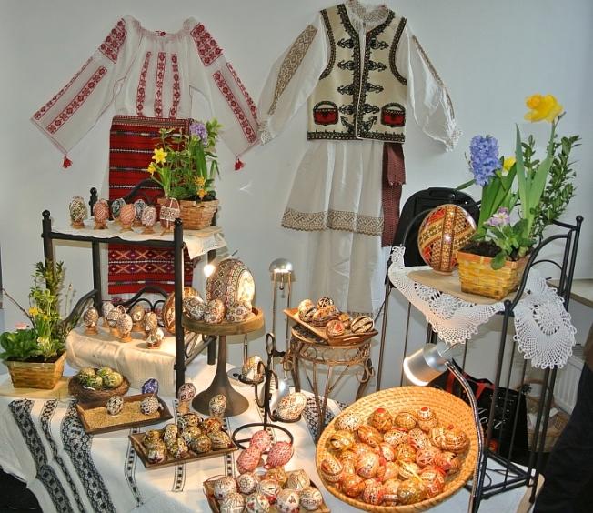 Costume populare şi tradiţii precreştine de primăvară - ouăle încondeiate // Romanian folk costumes and a millennia-old spring tradition - the painted egg