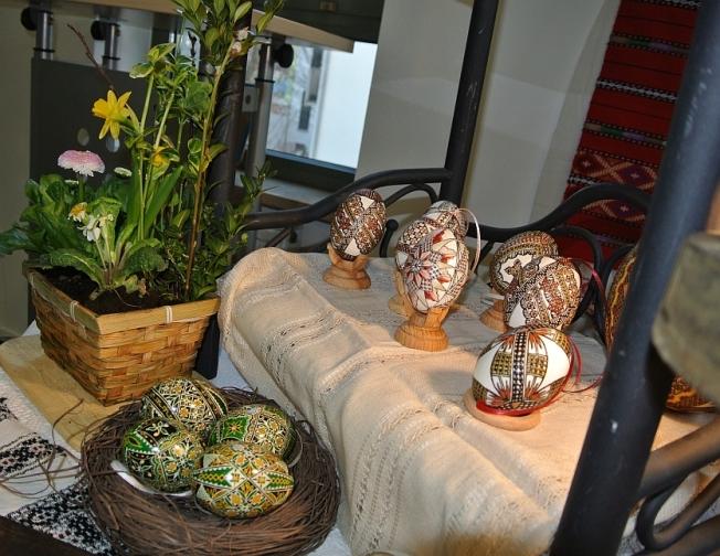 Culori tradiţionale bucovinene, toate obţinute din pigmenţi naturali adăugaţi sub formă de pulbere în ceara de albine // Traditional Bucovinian colors, all made from natural pigments added in the beeswax