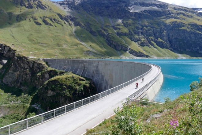 Bikers training for the Grand Raid - Moiry dam (VS)